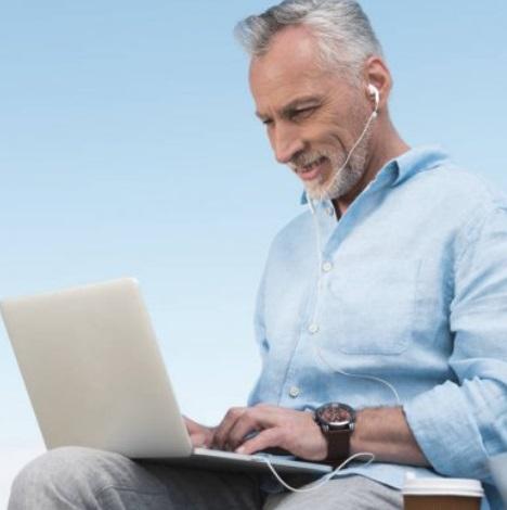 Cuidado de la salud auditiva en el uso de audífonos en el teletrabajo